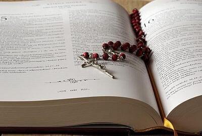 """the rosary 1766388 1920 400x270 - Żeńskie zakony - """"Zakonnice odchodzą po cichu"""" M. Abramowicz"""
